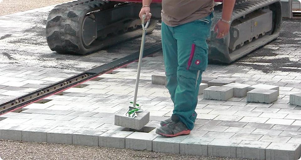 Einhand-Steinheber in Aktion